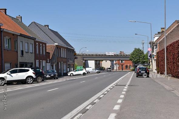De Abdijstraat met verhoogde spoorwegberm en viaduct